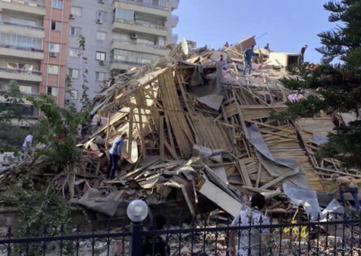 إحدى المباني التي انهارت جراء الزلزال - وسائل التواصل