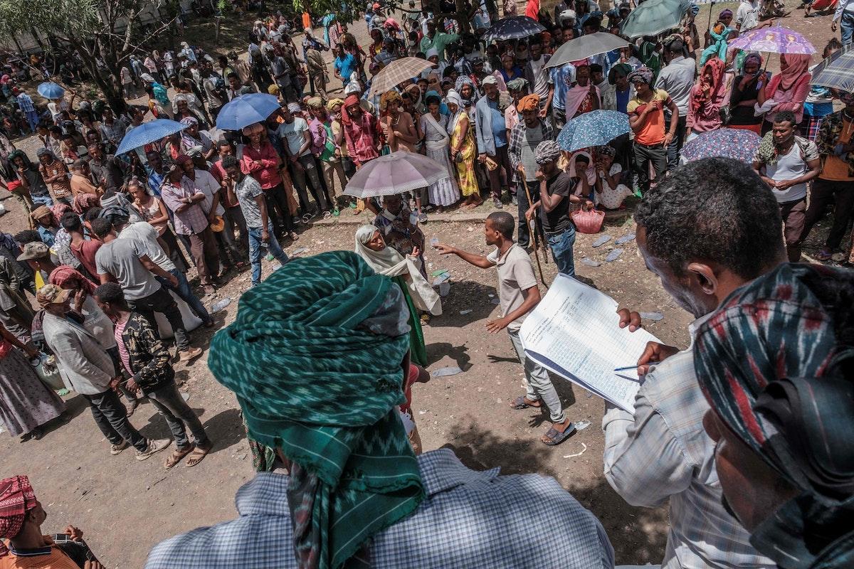 تجمع خلال توزيع أغذية في مدينة أتاي بإثيوبيا - 15 مايو 2021 - AFP