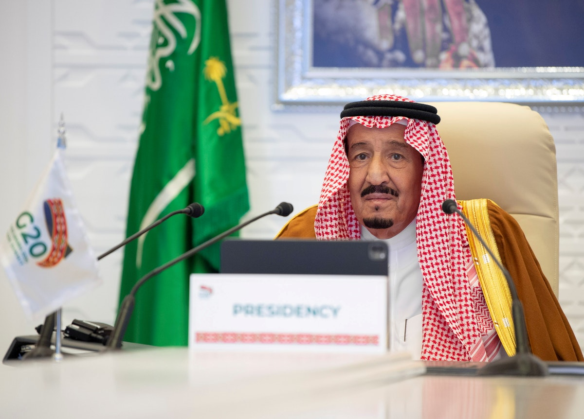العاهل السعودي الملك سلمان بن عبد العزيز خلال إلقاء كلمة افتتاح قمة مجموعة العشرين - REUTERS