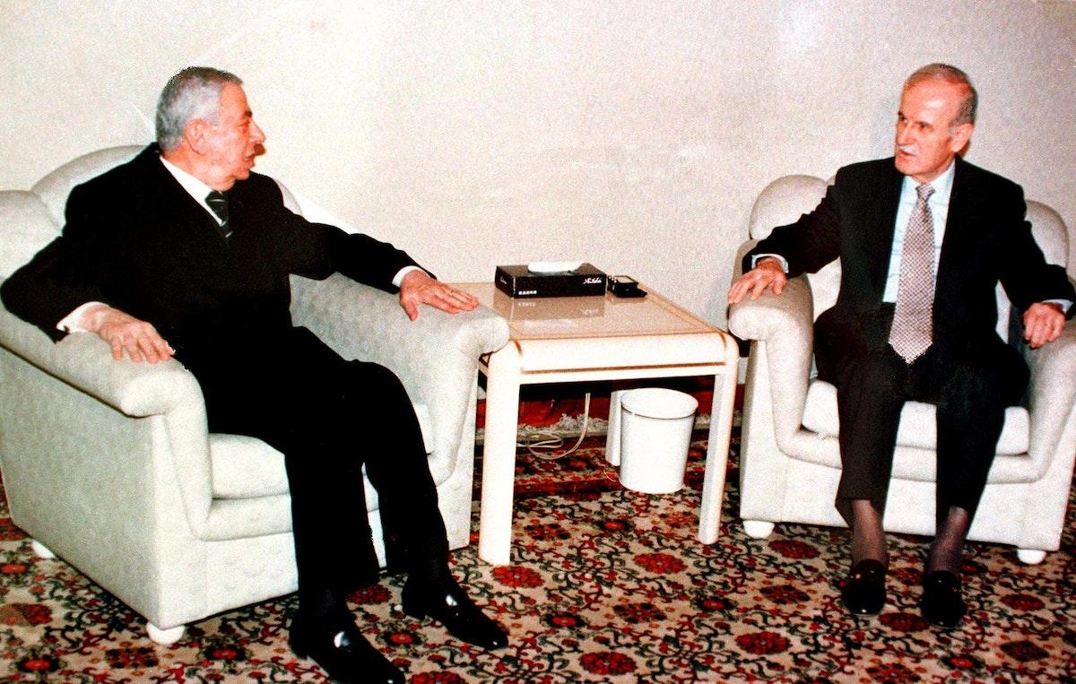 الرئيس السوري الراحل حافظ الأسد خلال لقاء مع الرئيس اللبناني الراحل إلياس الهراوي في دمشق- 6 أبريل 1998 - REUTERS