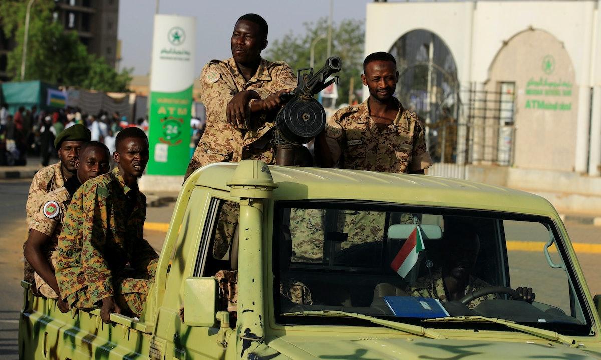 جنود تابعون للجيش السوداني في مركبة عسكرية قرب وزارة الدفاع بالعاصمة الخرطوم- 2 مايو 2019 - REUTERS