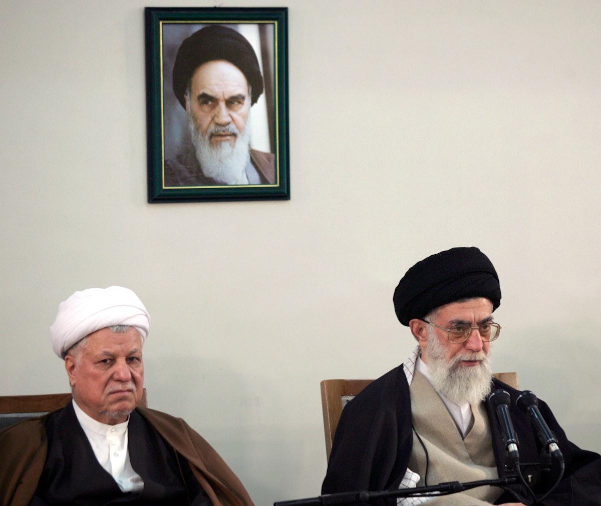 الرئيس الإيراني السابق أكبر هاشمي رفسنجاني (يسار) إلى جانب المرشد علي خامنئي خلال اجتماع لمجلس الخبراء في طهران- 9 مارس 2006 - REUTERS