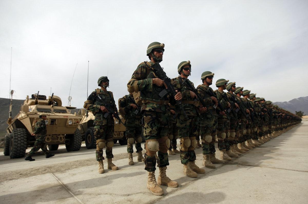 عناصر كوماندوس من الجيش الأفغاني خلال احتفالية عسكرية خارج كابول - 16 مارس 2013 - REUTERS