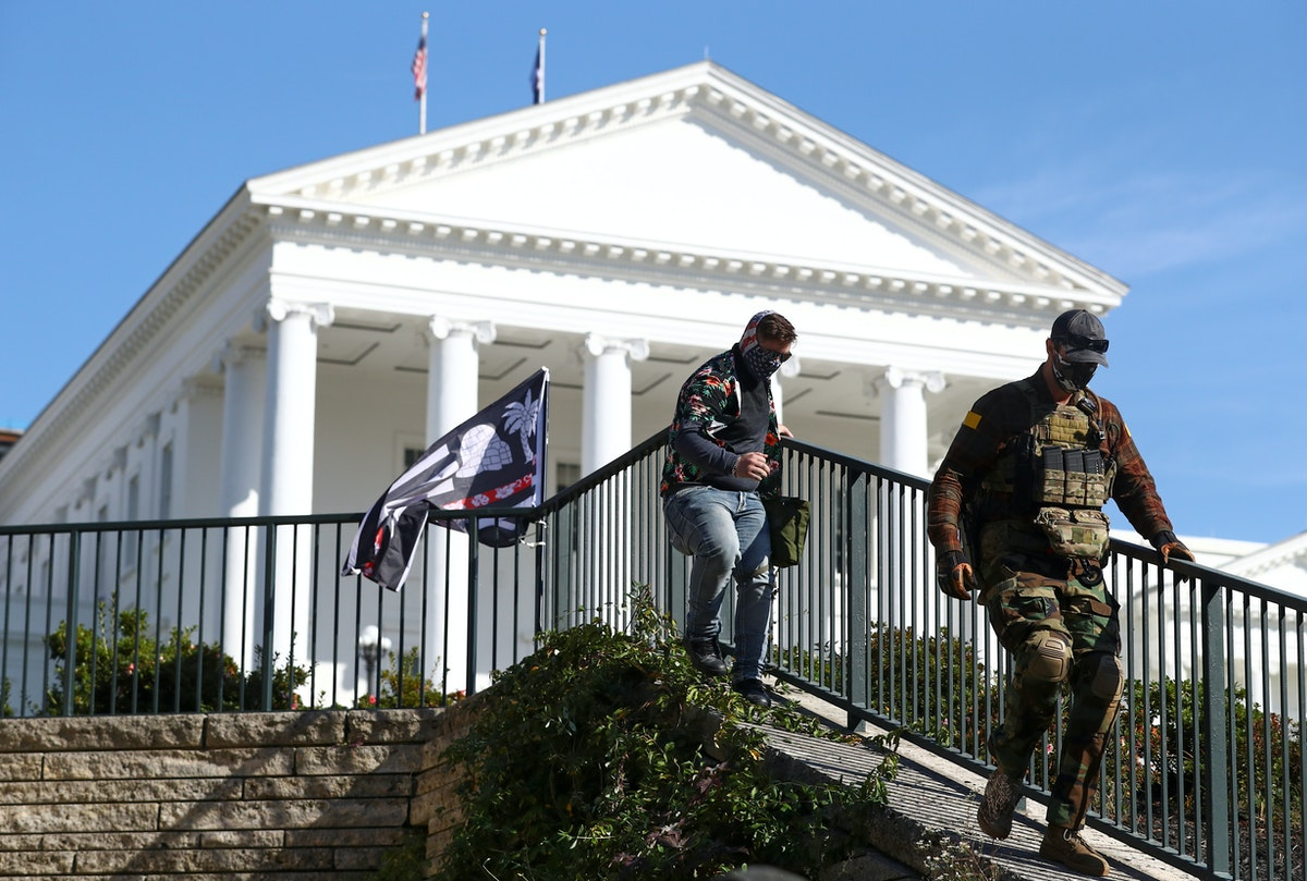 عضوان من حركة بوغالو خلال مسيرة مؤيدة لحمل السلاح بالقرب من مبنى الكابيتول بولاية فرجينيا في ريتشموند، 21 نوفمبر 2020 - REUTERS