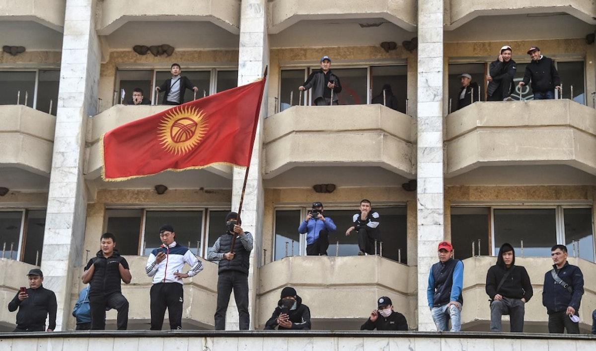 أنصار رئيس الوزراء صدر جباروف ينظمون مسيرة بالقرب من المقر الرئاسي في العاصمة بشكيك. 15 أكتوبر 2020 - AFP