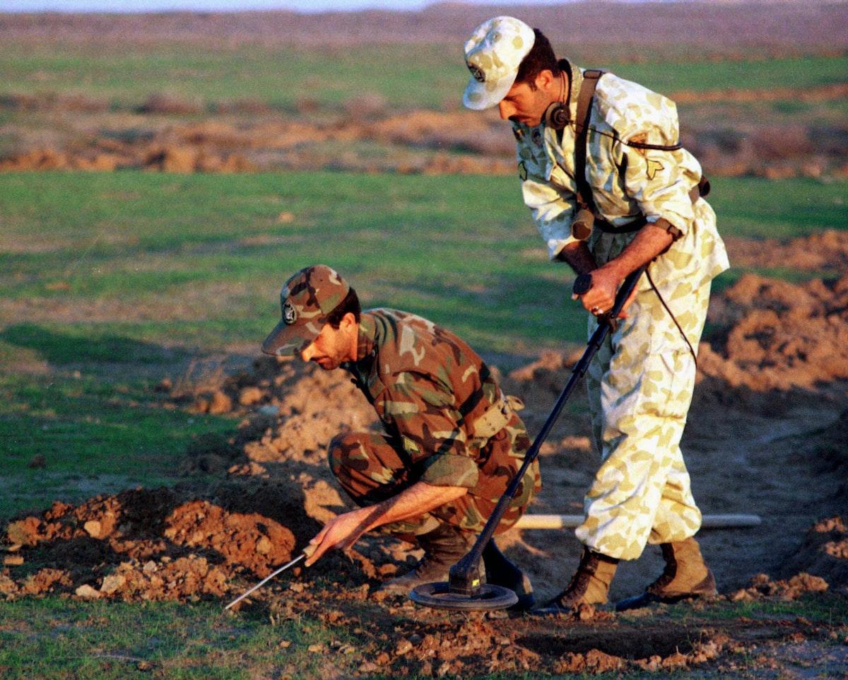 جنود إيرانيون خلال عملية نزغ الألغام من مخلفات الحرب مع العراق- 21 يناير 2001 - REUTERS