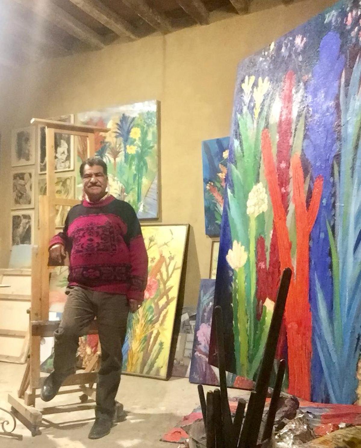 """التشكيلي المصري محمد عبلة، مع إحدى لوحات معرض """"زمن الصبار"""" - الشرق"""