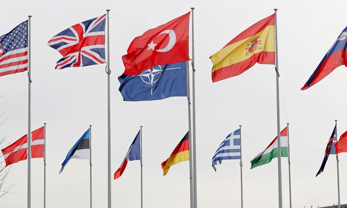 أعلام الدول الأعضاء في حلف شمال الأطلسي، ترفرف في مقرّه ببروكسل - 28 فبراير 2020 - REUTERS
