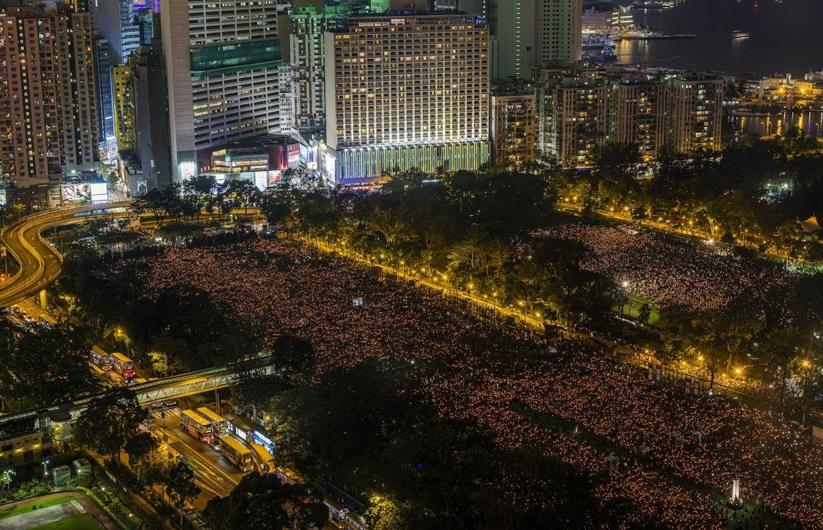 يحيون ذكرى أحداث ساحة تيانانمين، في حديقة فيكتوريا بهونغ كونغ - 4 يونيو 2019 - Bloomberg