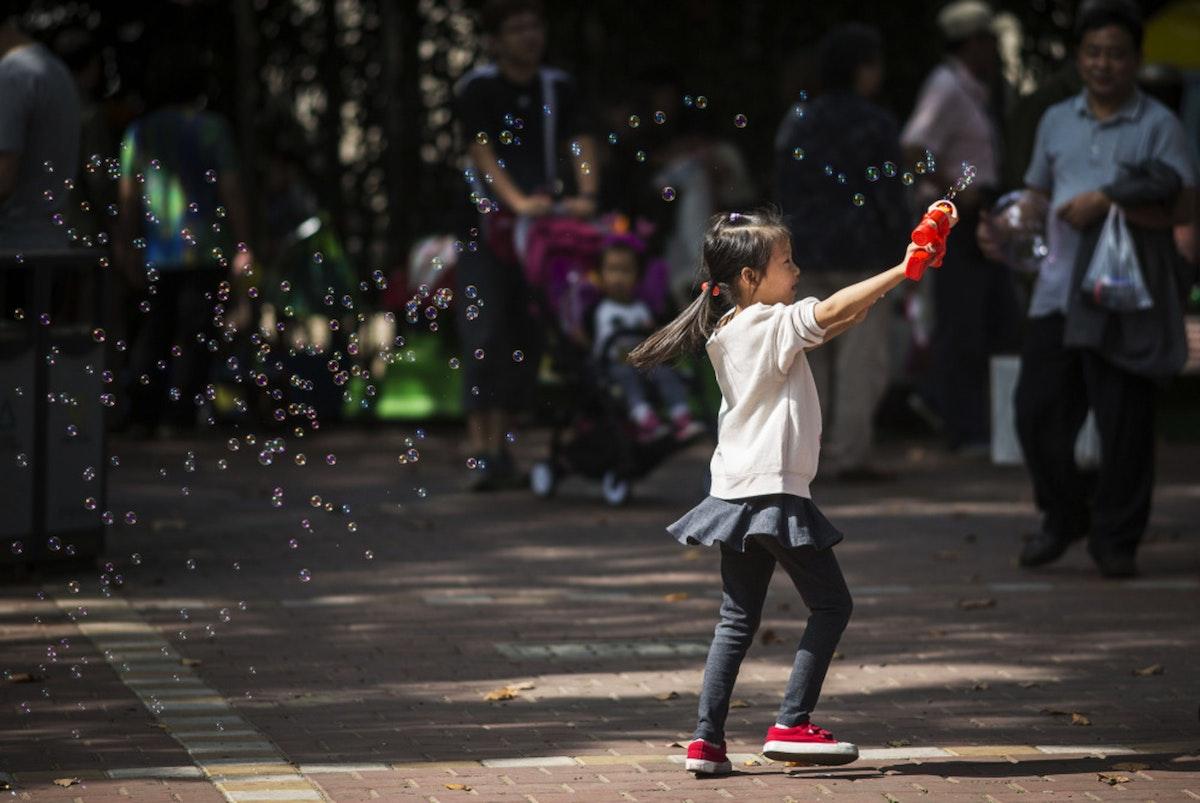 فتاة تلعب في حديقة بشنغهاي - 24 أكتوبر 2015 - Bloomberg