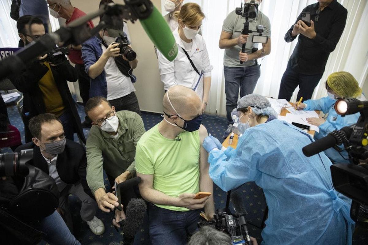 تطعيم سائح ألماني في موسكو - 16 أبريل 2021 - AP