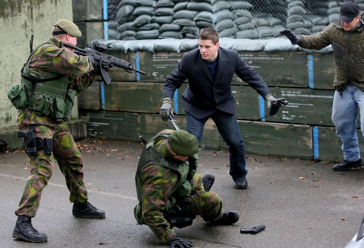 """تدريب لجنود فنلنديين قرب مدينة أولم الألمانية، يستند إلى مفهوم """"مجموعات القتال الأوروبية"""" - 21 نوفمبر 2006 - REUTERS"""