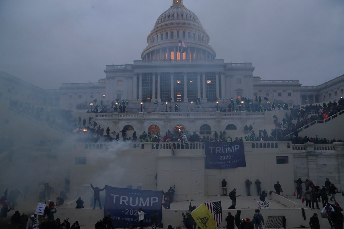 متظاهرون من أنصار الرئيس دونالد ترمب خلال اقتحامهم مبنى الكونغرس الأميركي - REUTERS