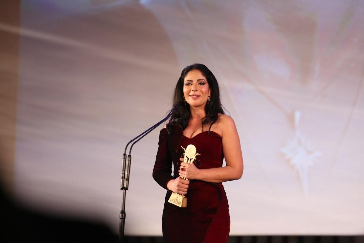 منى زكي تتسلم جائزة فاتن حمامة التقديرية - المكتب الإعلامي للمهرجان