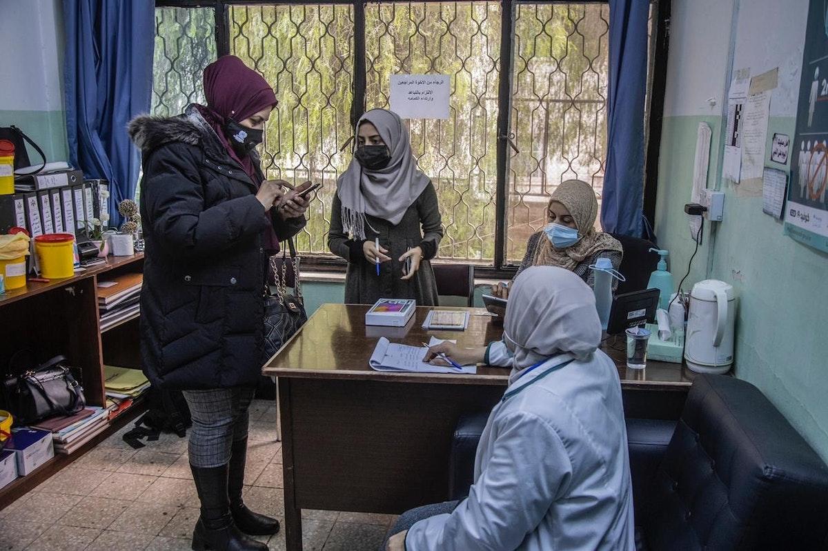 داخل أحد مكاتب التسجيل لتلقي اللقاح - الشرق