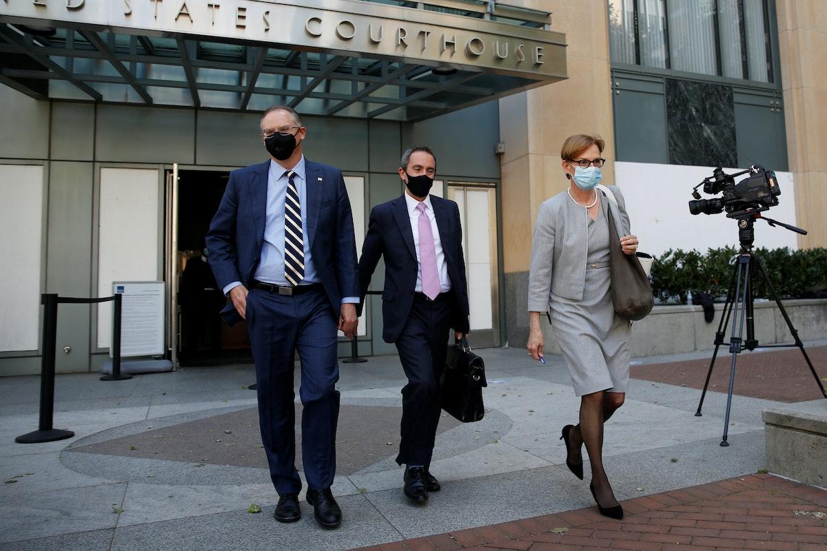 """الرئيس التنفيذي لشركة """"إيبك غيمز"""" ومصمم لعبة """"فورتنايت"""" تيم سويني (يسار)، يغادر قاعة المحكمة الفيدرالية بعد اليوم الأول من محاكمة ضد الاحتكار استمرت أسابيع في محكمة اتحادية في أوكلاند بولاية كاليفورنيا الأميركية. 3 مايو 2021 - REUTERS"""