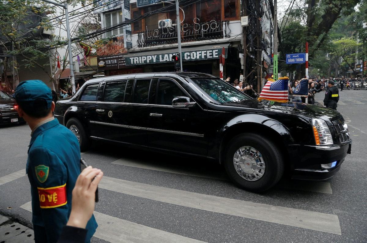 سيارة الرئيس الأميركي السابق دونالد ترمب (الوحش) تتجه نحو متروبول للقاء مع زعيم كوريا الشمالية كيم جونغ أون في هانوي - REUTERS