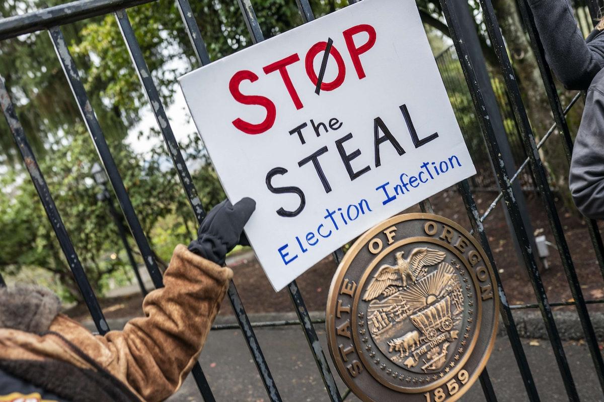 متظاهرون مؤيدون لترمب أمام منزل حاكم ولاية أوريغون. 21 نوفمبر 2020 - AFP