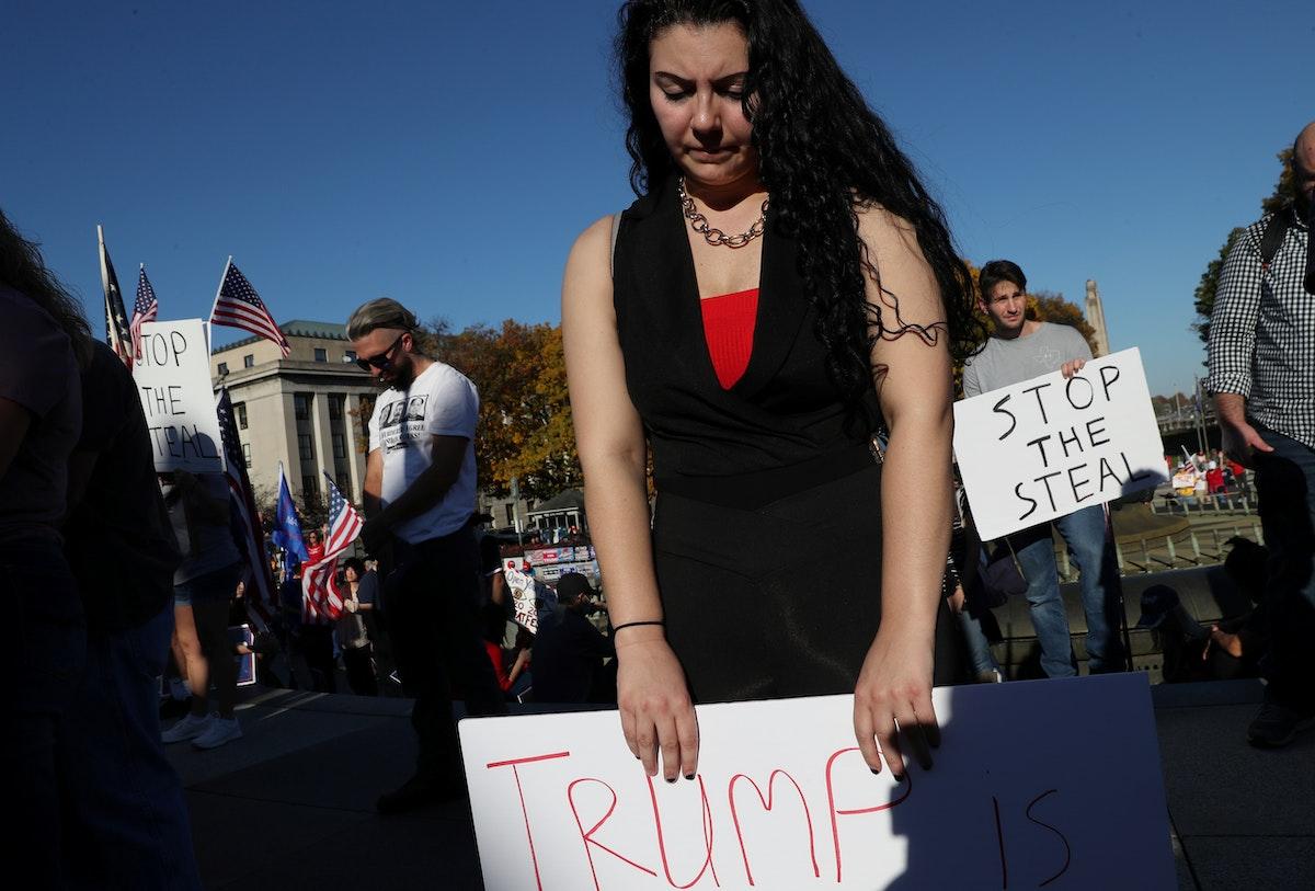 مؤيّدون للرئيس الأميركي دونالد ترمب يتظاهرون في ولاية بنسلفانيا - 7 نوفمبر 2020 - REUTERS