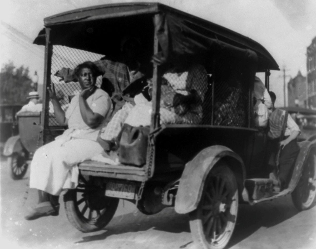 """شاحنة تحمل أميركيين من أصل إفريقي فرّوا من """"مذبحة تولسا""""-REUTERS"""