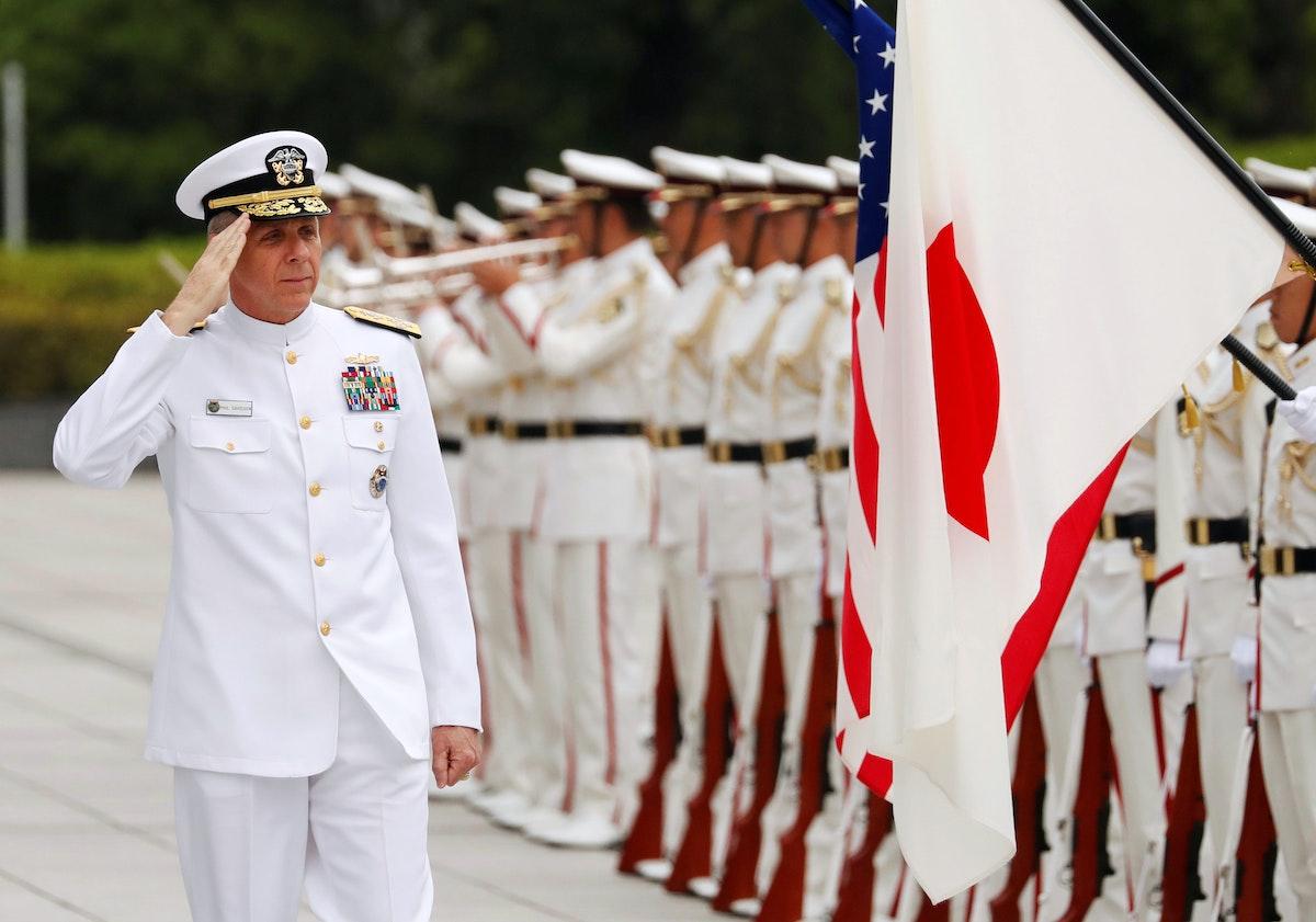 الأدميرال فيليب ديفيدسون، القائد السابق للقوات الأميركية في منطقة المحيطين، الهندي والهادئ، يستعرض حرس الشرف في وزارة الدفاع بطوكيو - 21 يونيو 2018 - REUTERS