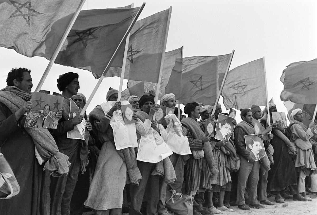"""مغاربة يشاركون في """"المسيرة الخضراء"""" بالصحراء - 7 نوفمبر 1975 - AFP"""