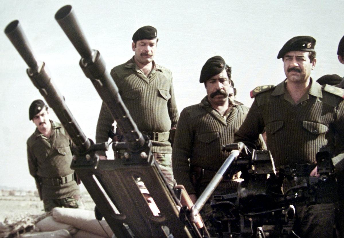 صورة غير مؤرخة للرئيس العراقي السابق صدام حسين خلف أحد المدافع خلال الحرب العراقية الإيرانية (1980-1988) - REUTERS