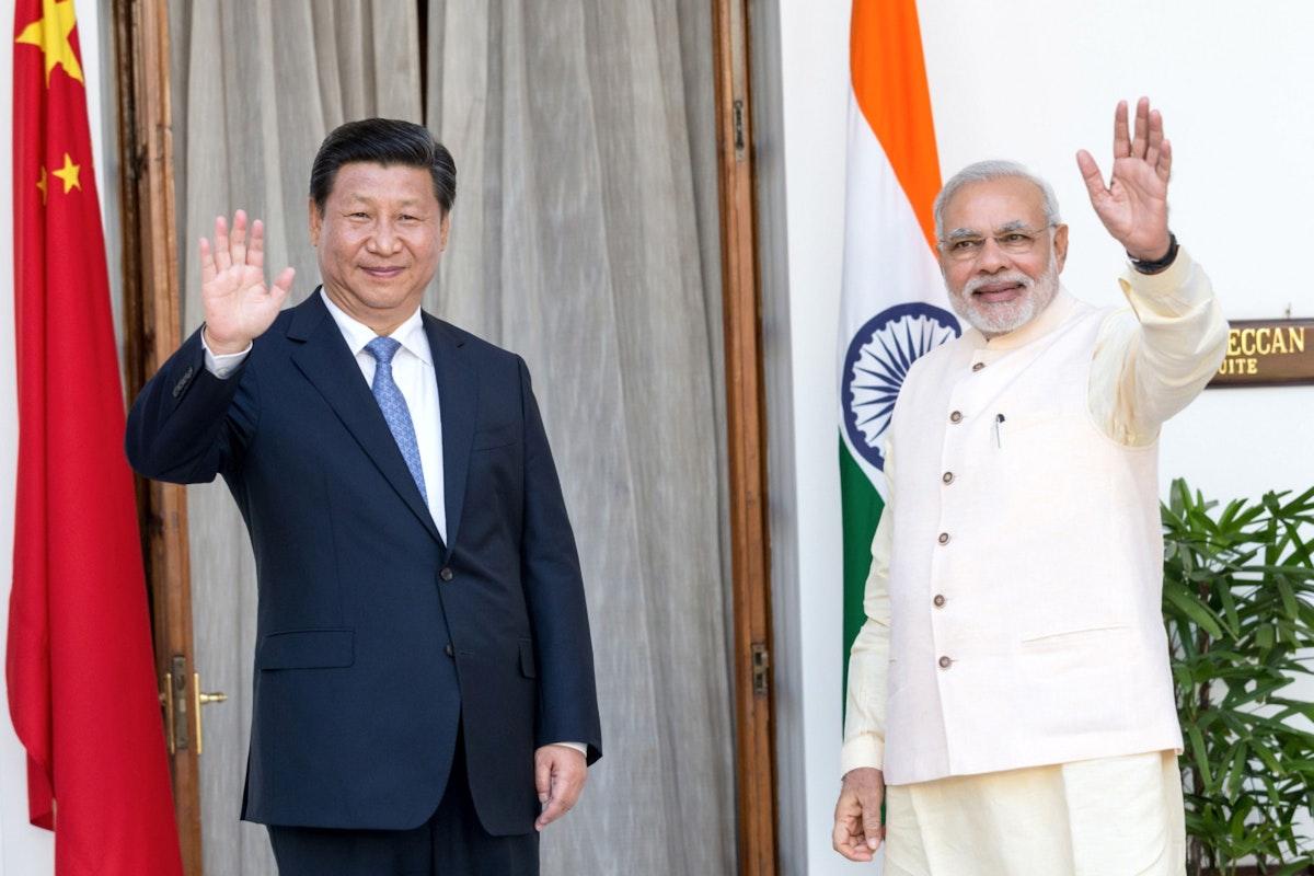 رئيس الوزراء الهندي ناريندرا مودي (يمين) والرئيس الصيني شي جينبينغ خلال لقاء في نيودلهي - 18 سبتمبر 2014 - Bloomberg