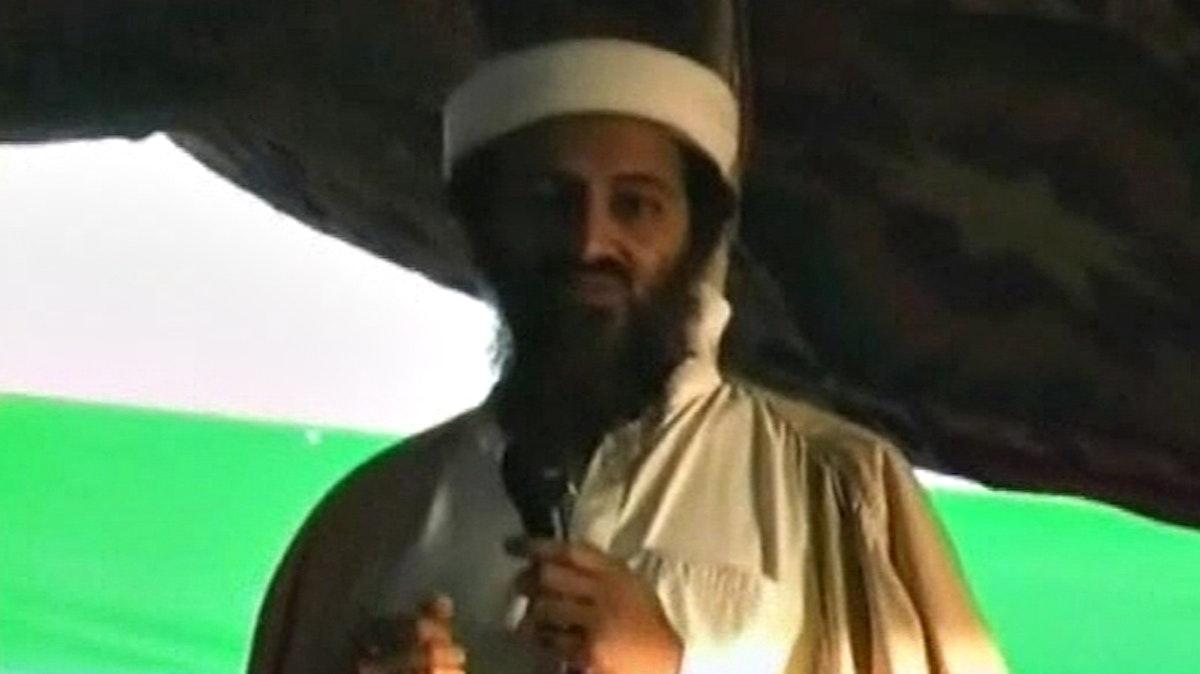 زعيم تنظيم القاعدة أسامة بن لادن شوهد في هذه الصورة الثابتة المأخوذة من شريط فيديو - Reuters