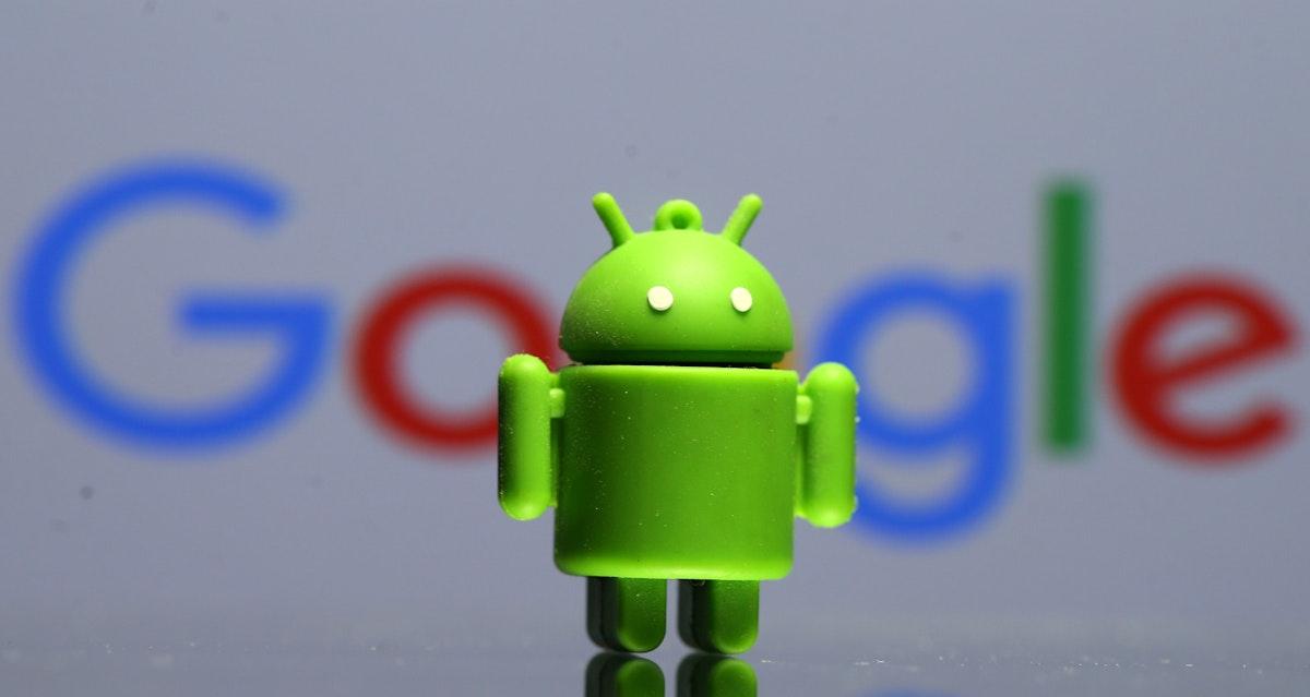 مجسم لشعار نظام أندرويد للهواتف الذكية وفي الخلفية شعار شركة غوغل - REUTERS