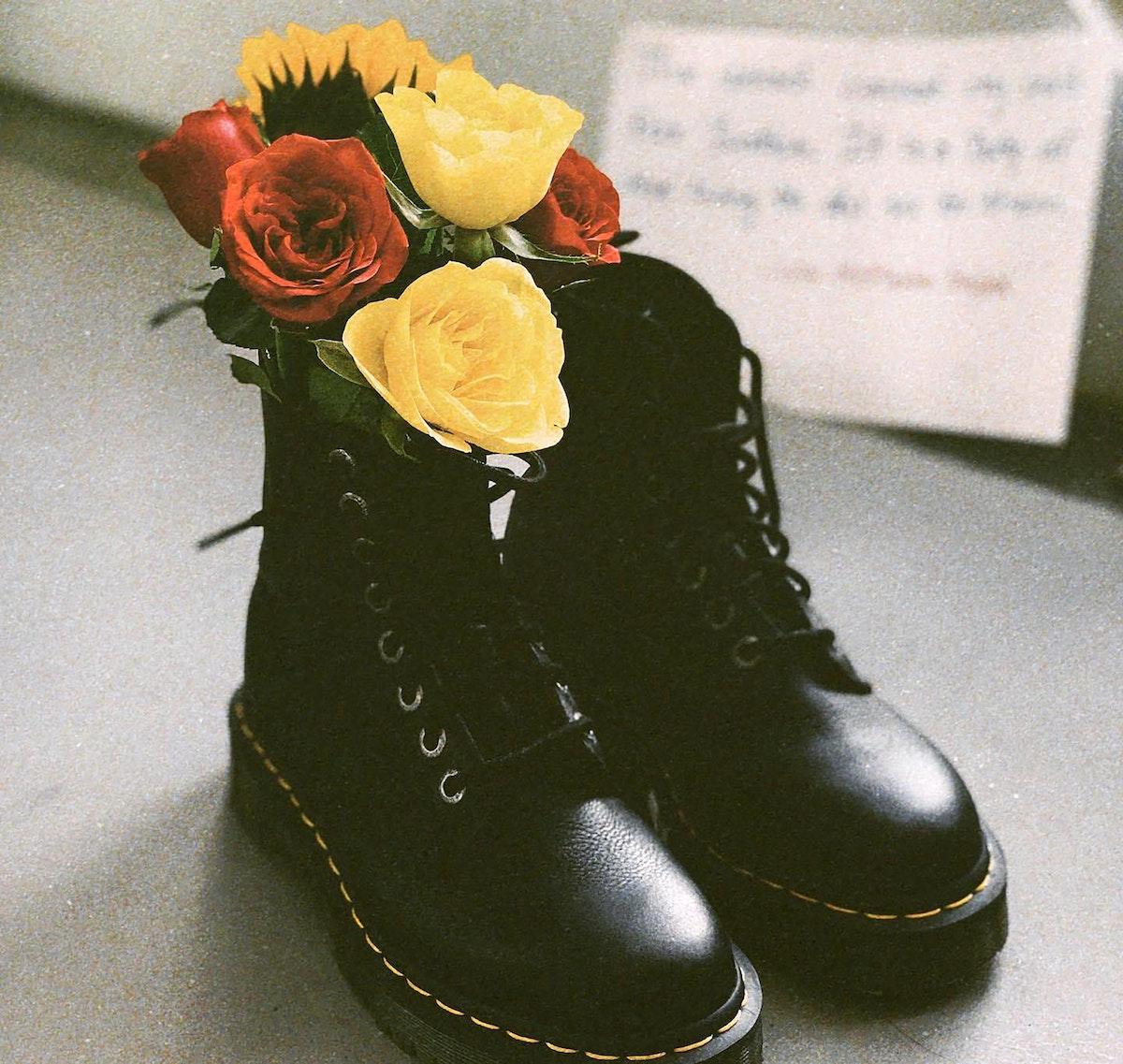أحذية بالورود احتجاجاً على الانقلاب العسكري في ميانمار - AFP