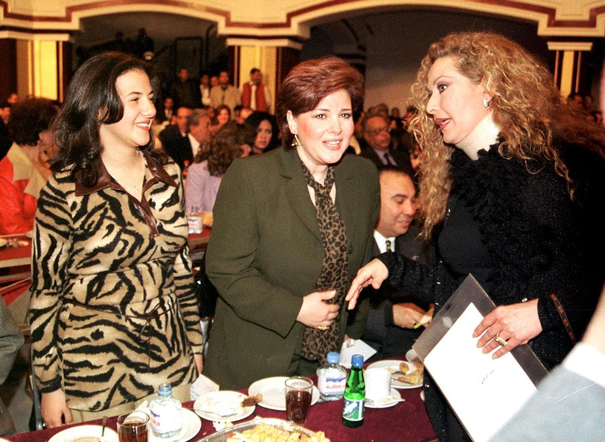 الفنان المصرية دلال عبدالعزيز بجانب ابنتها دنيا - AFP