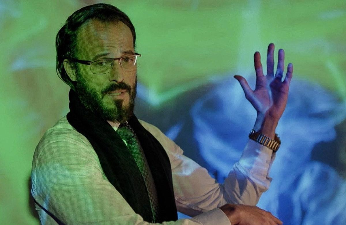 """يوسف الشريف في مشهد من مسلسل """"كوفيد 25"""" - المكتب الإعلامي لمنصة Watchit"""