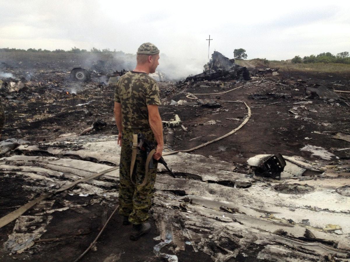 """جندي من قوات """"دونيتسك"""" في موقع تحطم الطائرة الماليزية، 17 يوليو 2014 - REUTERS"""