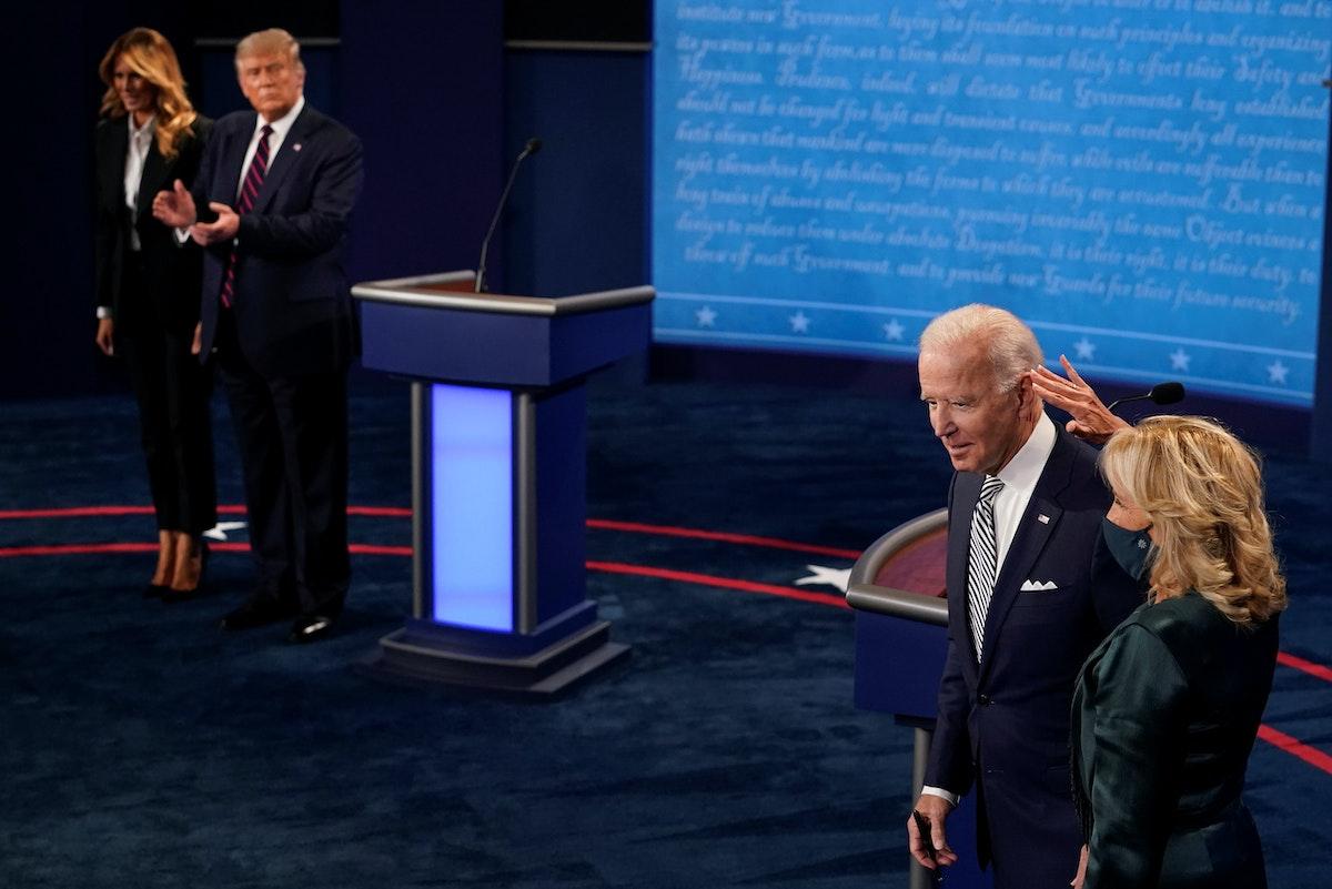 زوجة المرشح الديمقراطي جو بايدن تداعب شعره بعد مناظرة مع الرئيس الأميركي دونالد ترمب في كليفلاند - REUTERS