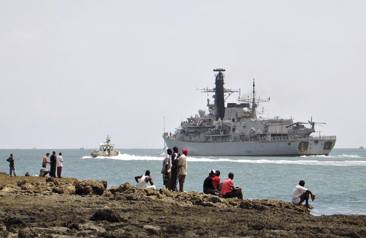 """الفرقاطة البحرية البريطانية """"إتش إم إس نورثمبرلاند"""" في سواحل كينيا. ديسمبر 2014 - REUTERS"""