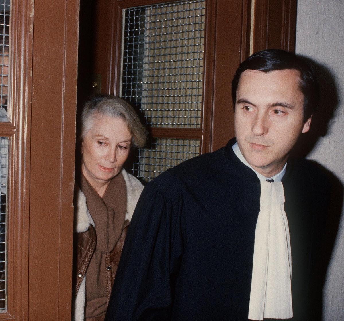 مدام كلود في باريس أثناء محاكمتها مع المحامي الخاص بها - AFP