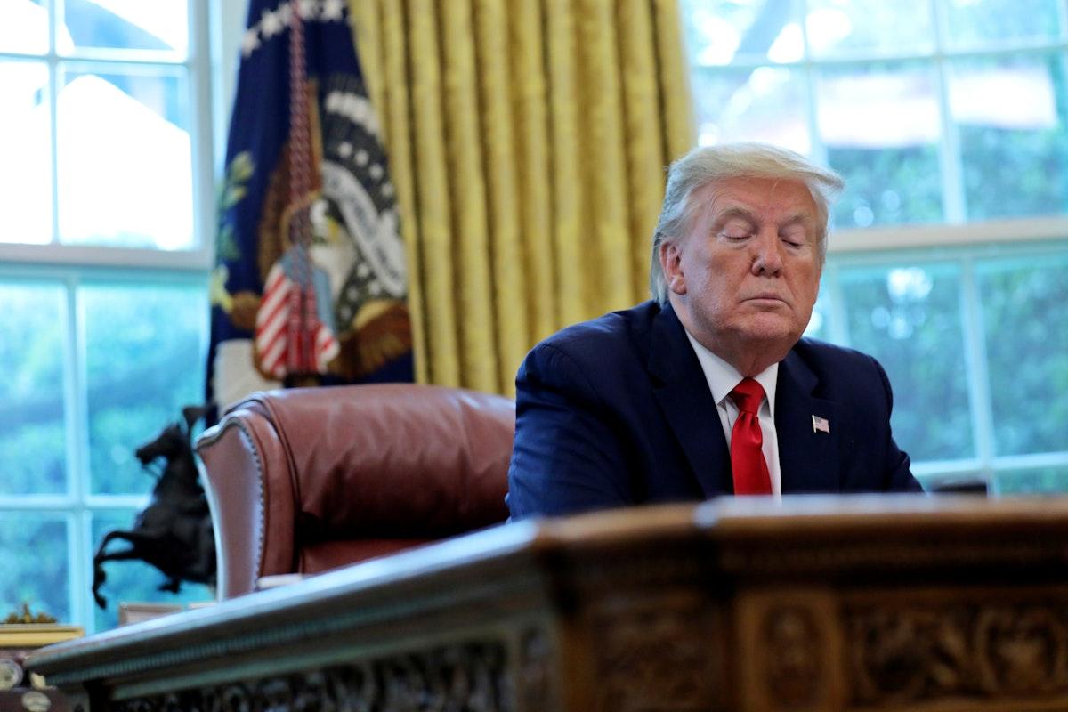 الرئيس الأميركي دونالد ترمب داخل مكتبه في البيت الأبيض، 29 أبريل 2020 - REUTERS