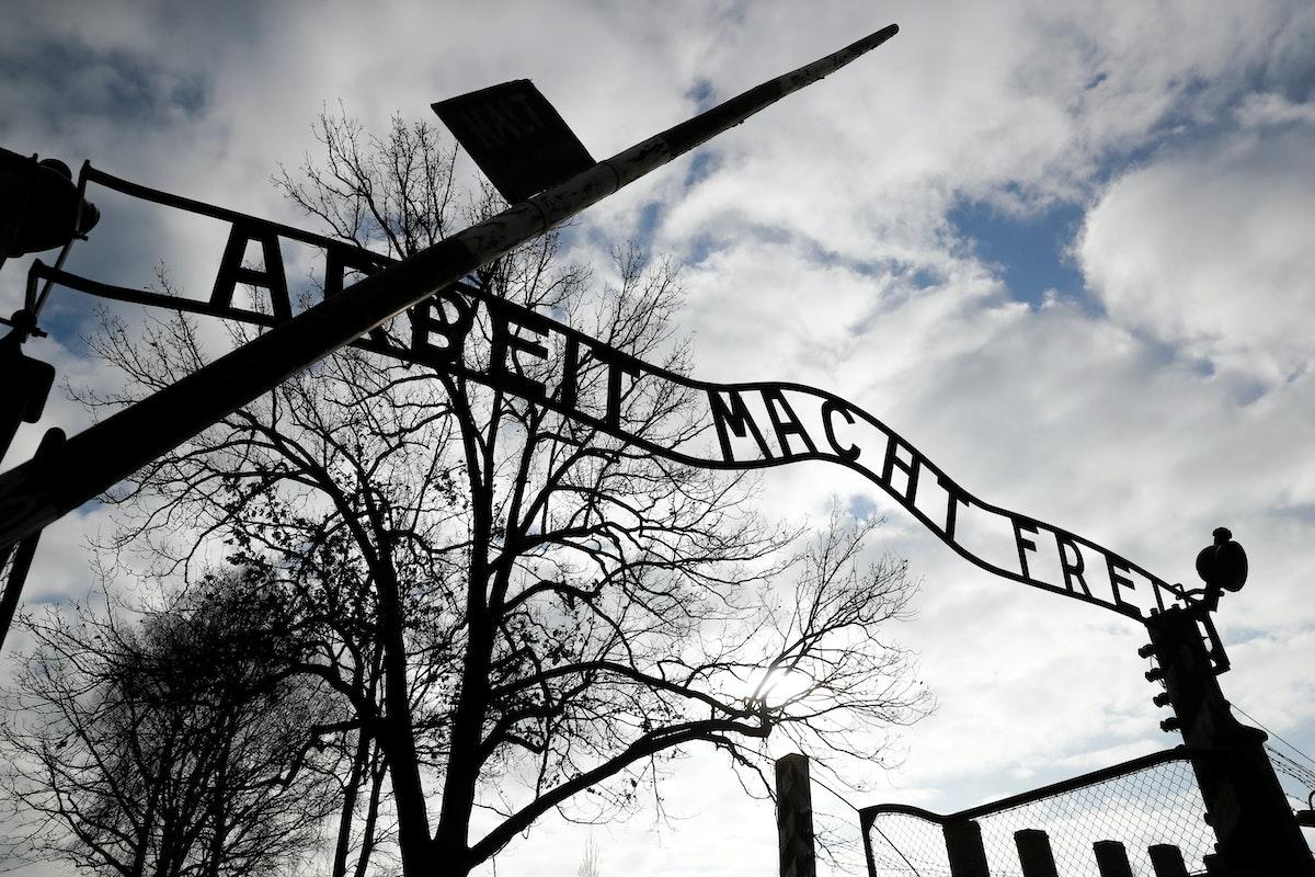 بوابة معسكر الإبادة النازي أوشفيتز 1 في أوشفيتشيم في بولندا - REUTERS