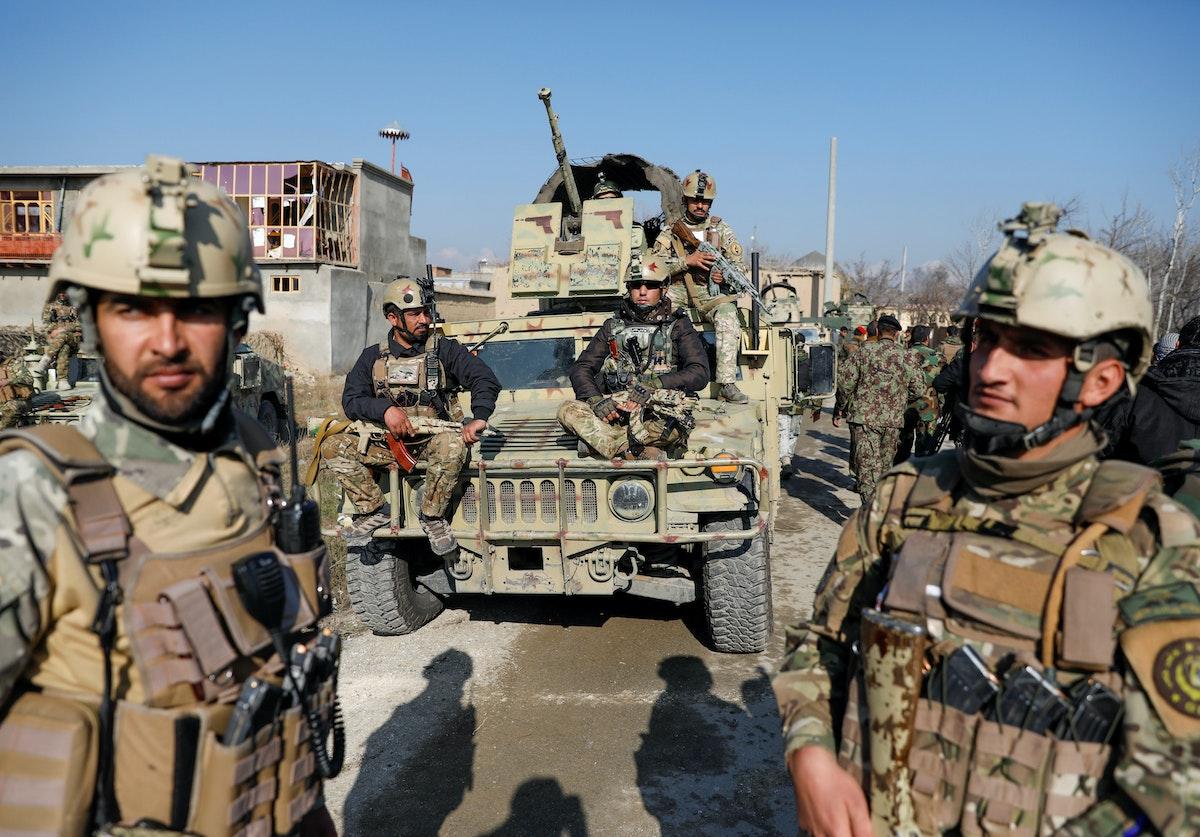 جنود أفغان قرب موقع لهجوم على قاعدة جوية أميركية في باغرام - 11 ديسمبر 2019 - REUTERS