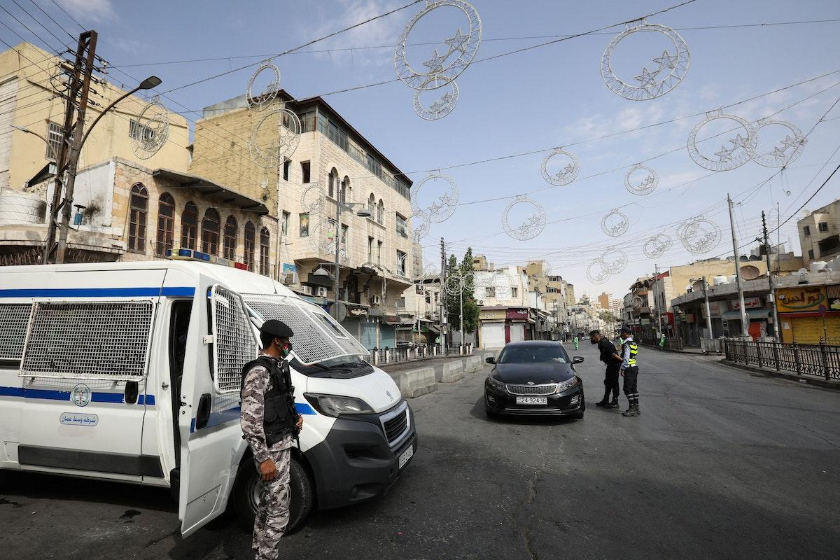 عناصر من الشرطة الأردنية تنتشر في شوارع عمان (أرشيفية) - REUTERS