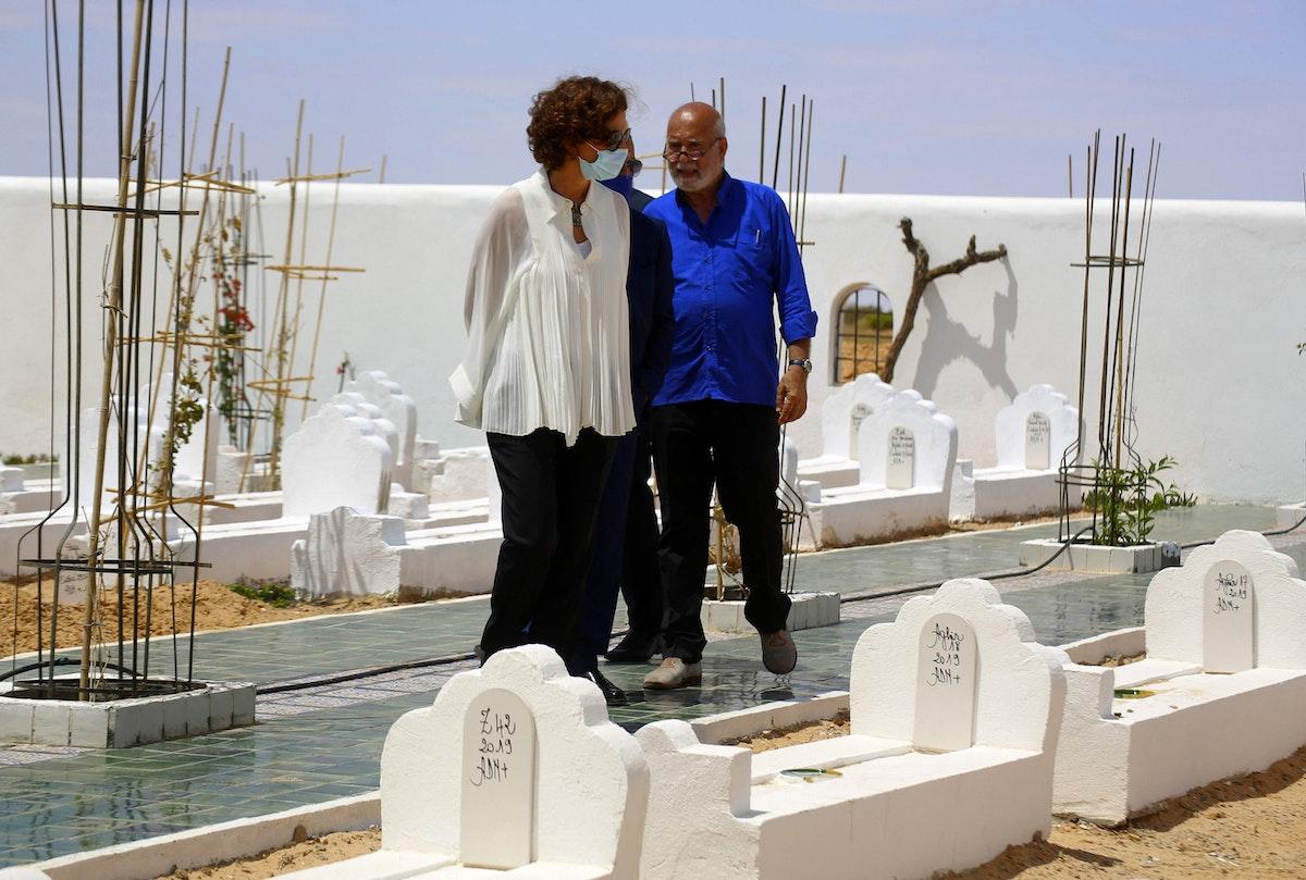 """المديرة العامة لمنظمة اليونسكو أودري أزولاي رفقة الفنان الجزائري رشيد قريشي في """"حديقة إفريقيا"""" جنوبي تونس، 9 يونيو 2021"""