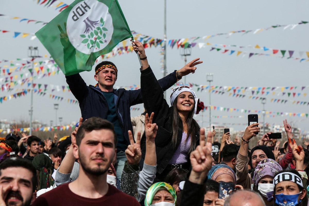 """أنصار لـ""""حزب الشعوب الديمقراطي"""" أثناء احتفال بعيد النوروز في ديار بكر - 21 مارس 2021 - REUTERS"""