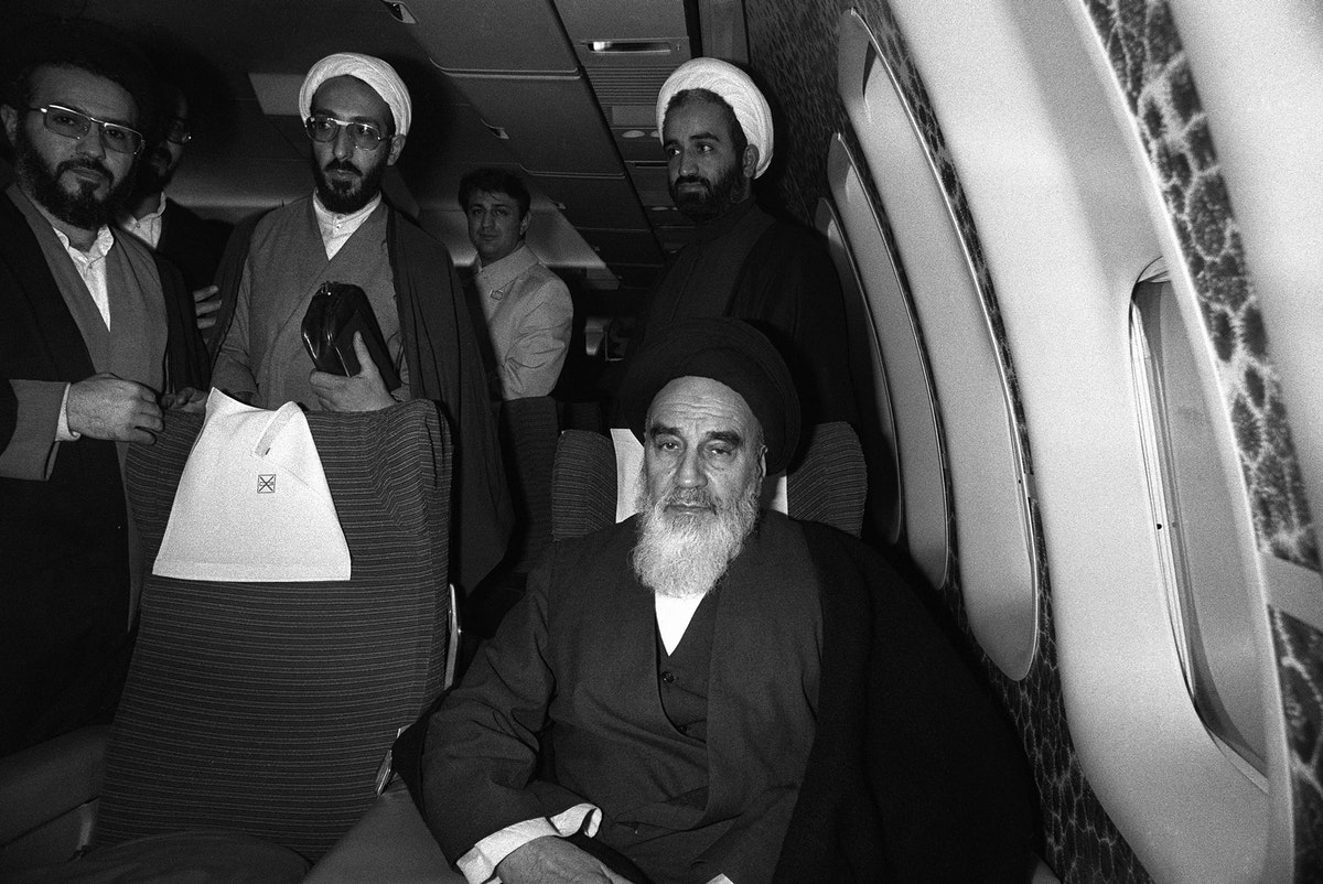 المرشد الإيراني السابق الخميني مستقلاً طائرة الخطوط الجوية الفرنسية (بوينغ 747) التي أعادته من منفاه في باريس إلى إيران- 1 فبراير 1979 - AFP