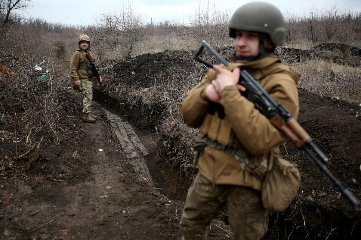 جندي أوكراني خلال دورية على الخط الفاصل مع الانفصاليين المدعومين من روسيا في أفدييفكا بإقليم دونتيسك 5 أبريل 2021 - AFP