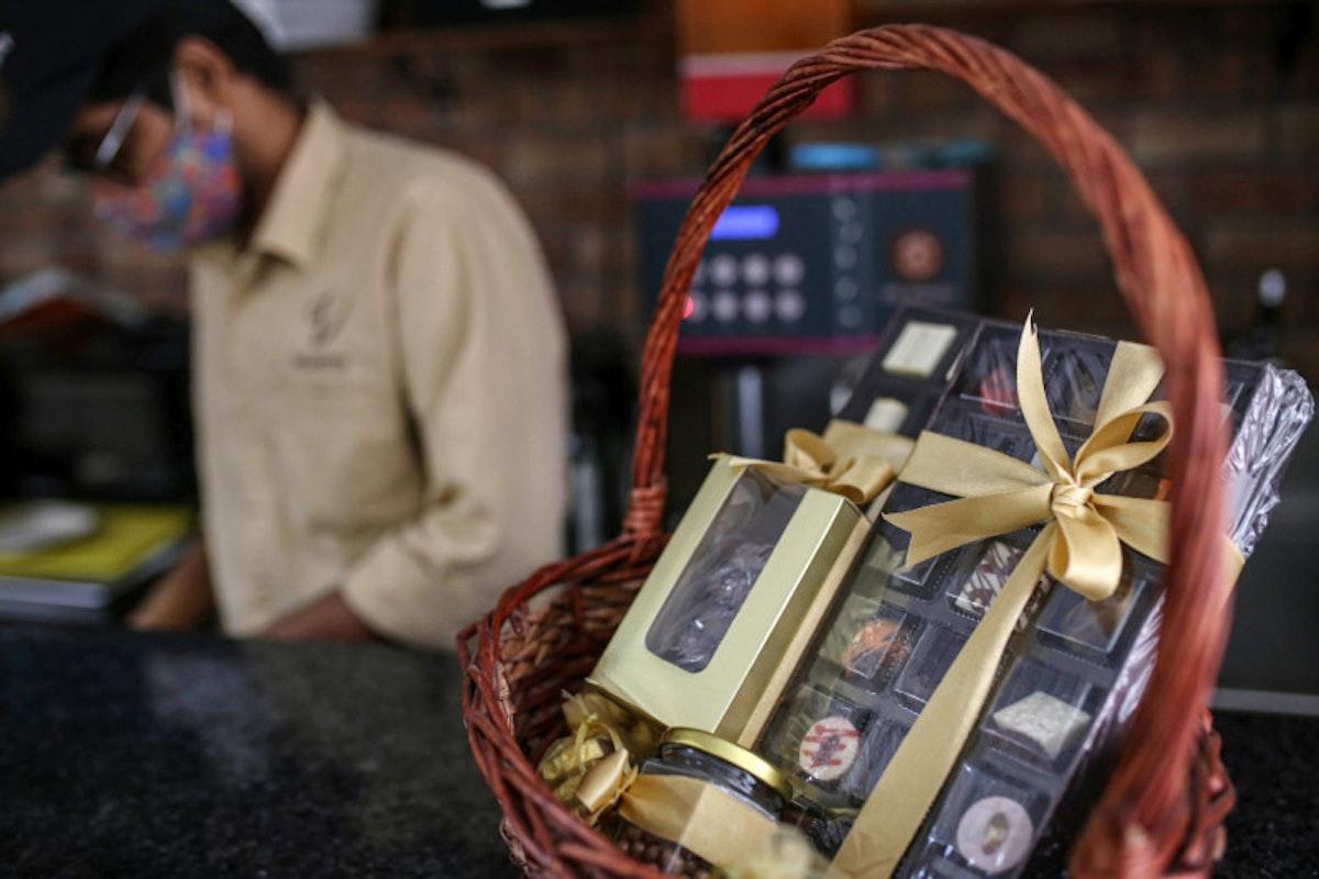 هدايا من الشوكولاتة الفاخرة للبيع داخل متجر للكعك في مومباي، الهند - Bloomberg
