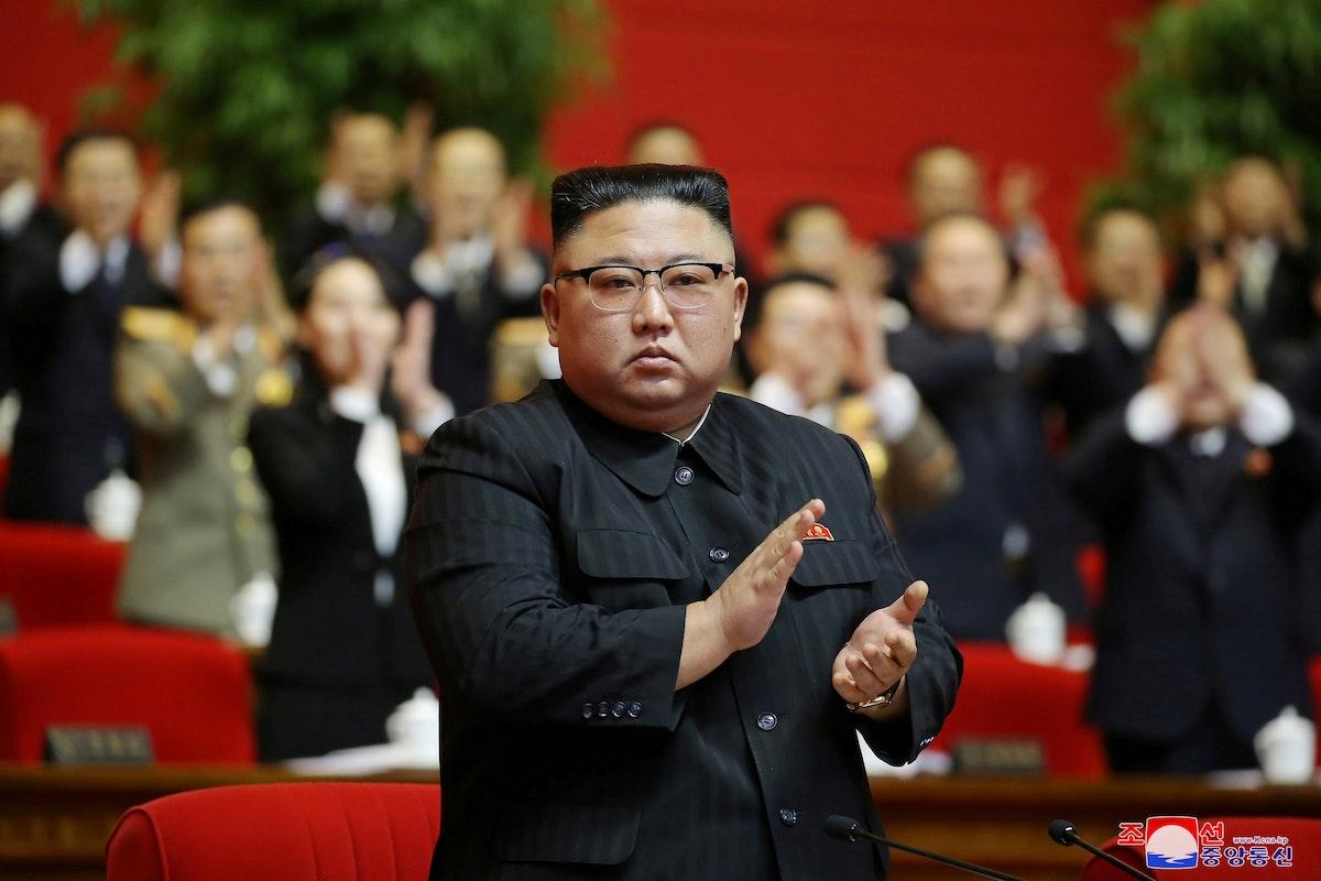 """زعيم كوريا الشمالية، كيم جونغ أون، يصفق في المؤتمر الثامن لـ""""حزب العمال"""" في العاصمة بيونغ يانغ. 11 يناير 2021 - REUTERS"""