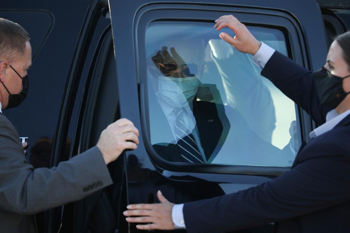 عناصر الخدمة السرية يفتحون باب السيارة للرئيس الأميركي جو بايدن - REUTERS